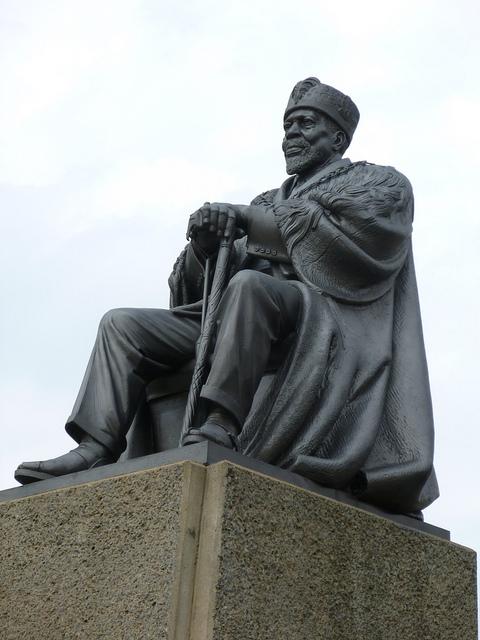 6202846187_8e48221972_z_richard-portsmouth_jomo-kenyatta-statue-nairobi