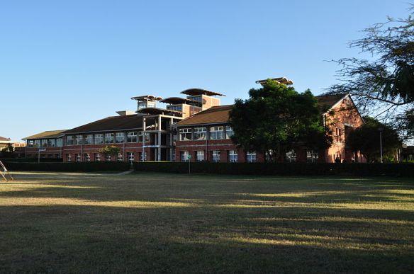 800px-jomo_kenyatta_university_juja_campus_main_library_stephenwanjau_commons-w