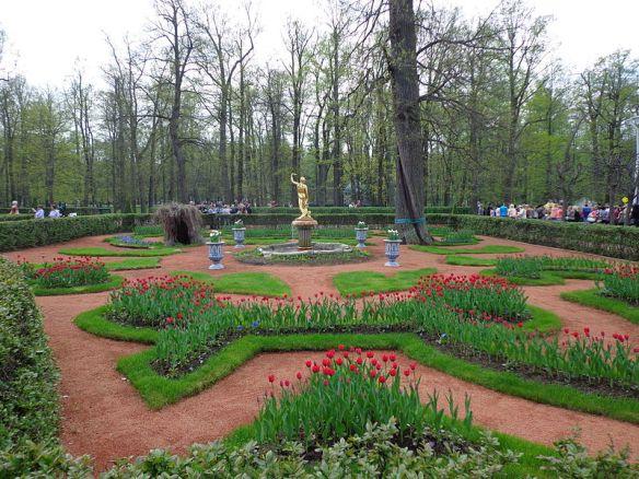 800px-peterhof_-_gardens_-_monplaisir_02