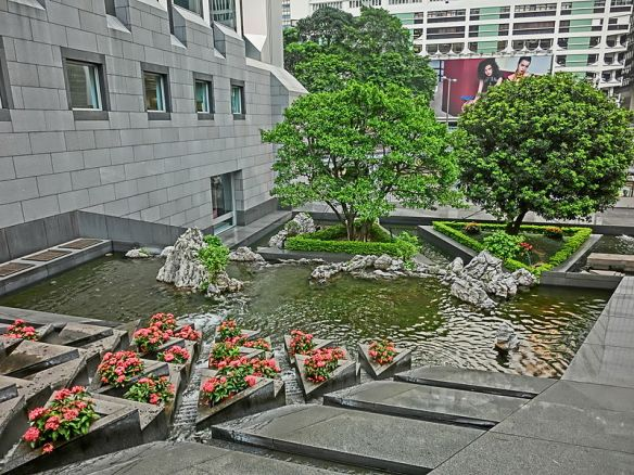 800px-HK_Central_金鐘道_Queensway_香港中銀大廈_Bank_of_China_Tower_Cotton_Tree_Drive_outdoor_garden_water_pool_fountain_Oct-2013