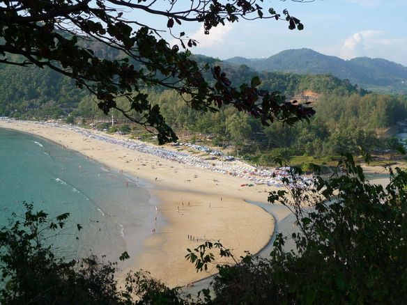 800px-Phuket_-_Nai_Harn_Beach_003