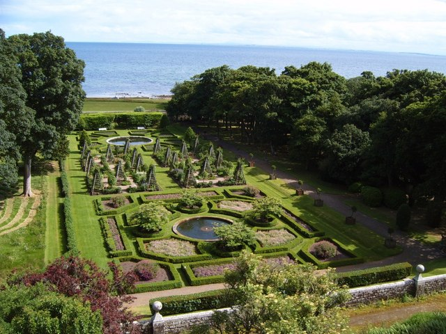 Gardens_at_Dunrobin_Castle_-_geograph.org.uk_-_537076