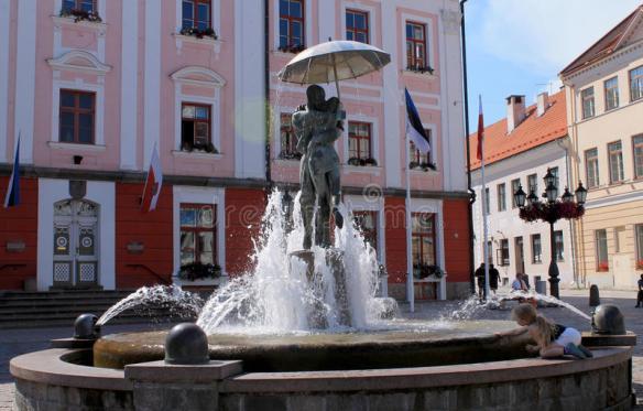 kissing-students-sculpture-estonia-fountain-tartu-52145634