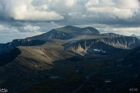 800px-Высшая-точка-Урала-гора-Народная