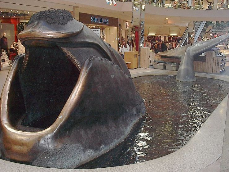 Metal_whale_statue_in_fountain,_West_Edmonton_Mall_(2005)