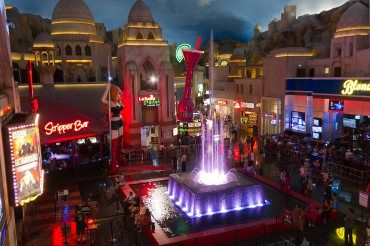 Miracle_Mile_Shops_Automated_Musical_Fountain_-_July_2011
