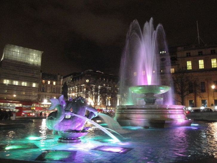 800px-Trafalgar_Square_fountains_at_night_in_December_2011_4
