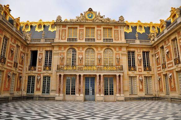 1024px-Cour_de_Marbre_du_Château_de_Versailles_October_5,_2011