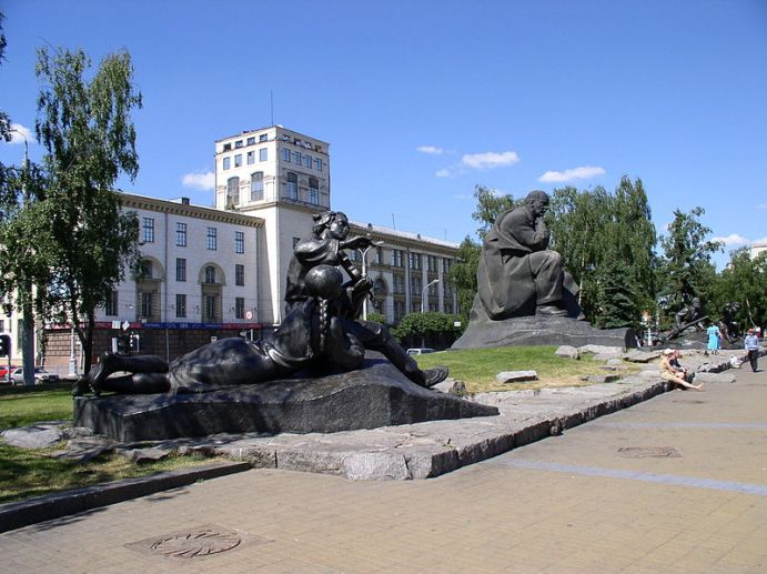 800px-Belarus-Minsk-Yakub_Kolas_Square-3