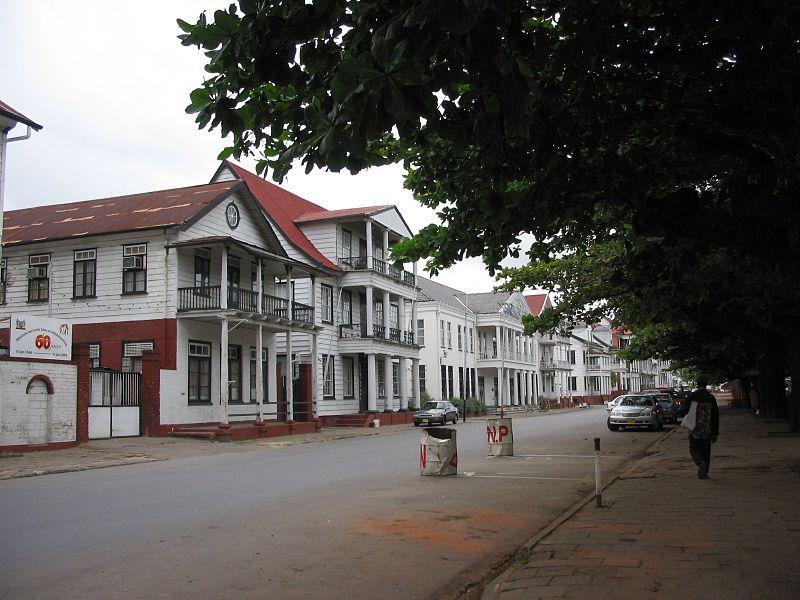800px-Waterkant_Paramaribo