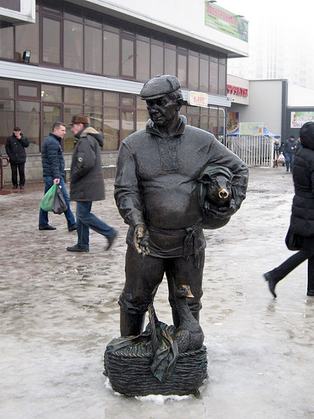 Street_sculpture_in_Minsk_-_Zachodni_market_1