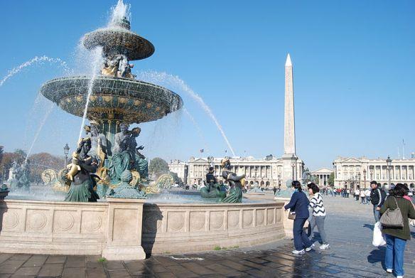 800px-Obelisk_and_fountain_in_Place_de_la_Concorde,_Paris