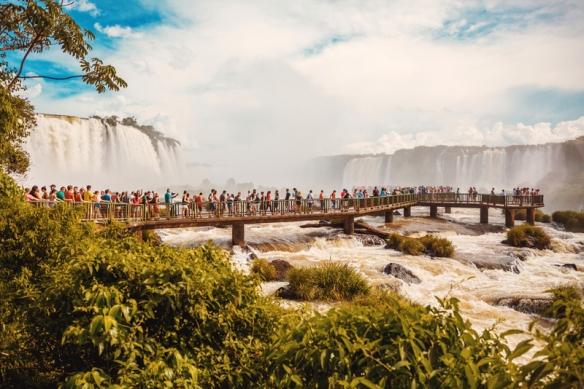 people-on-the-walkway-overlooking-lguazu-falls