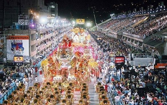 800px-Carnaval_do_Rio_de_Janeiro_2004_–_A.T.FOTOGRAFIA_0040204