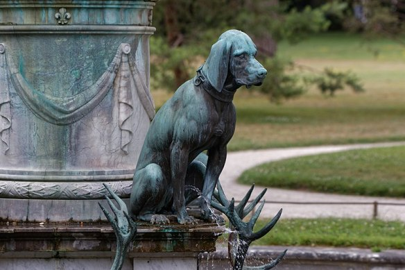 800px-Château_de_Fontainebleau-Chien_assis-Pierre_Biart-20170625
