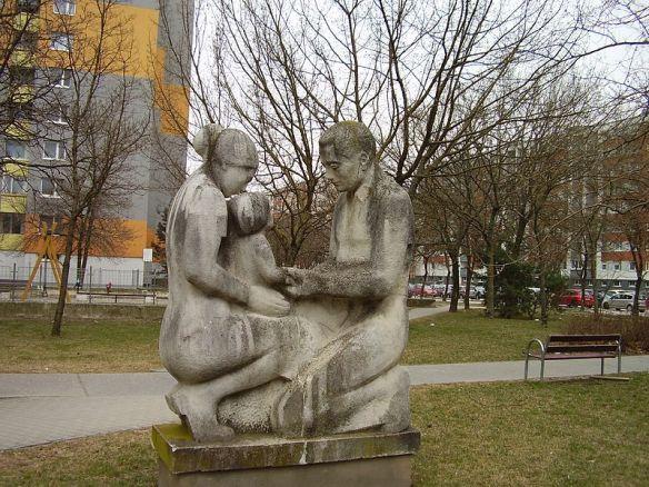 Parents_with_child_statue,_Hrobákova_street,_Petržalka,_Bratislava,_2017