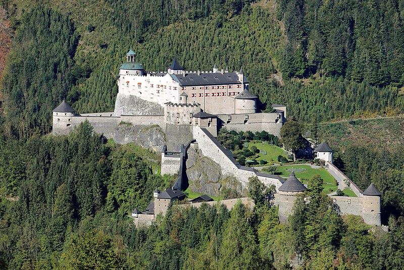 800px-Werfen_-_Burg_Hohenwerfen_(1)