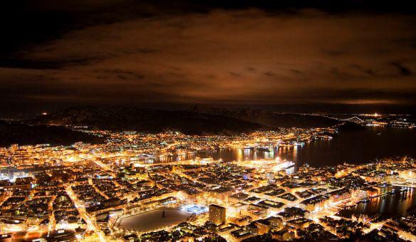 1280px-Utsikt_fra_Fløyfjellet