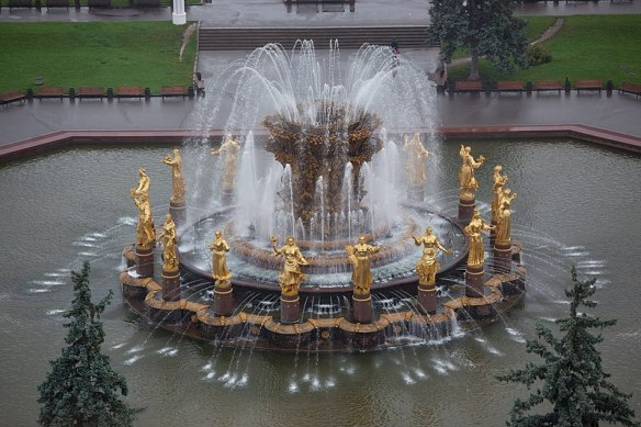 800px-Moscow,_VDNKh,_Friendship_of_Nations_fountain_(10656732243)