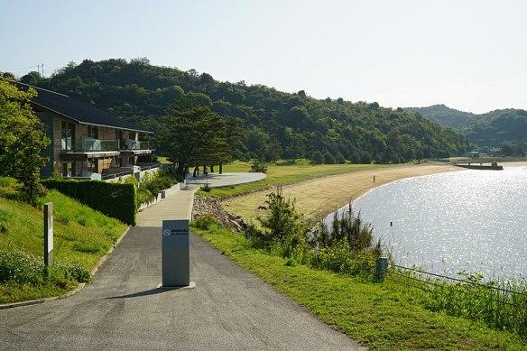 800px-150505_Benesse_House_Beach_Naoshima_Kagawa_pref_Japan03s3