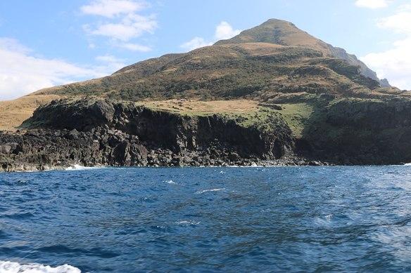 800px-Southwest_cliff_of_Hachio-Kojima_Island_01