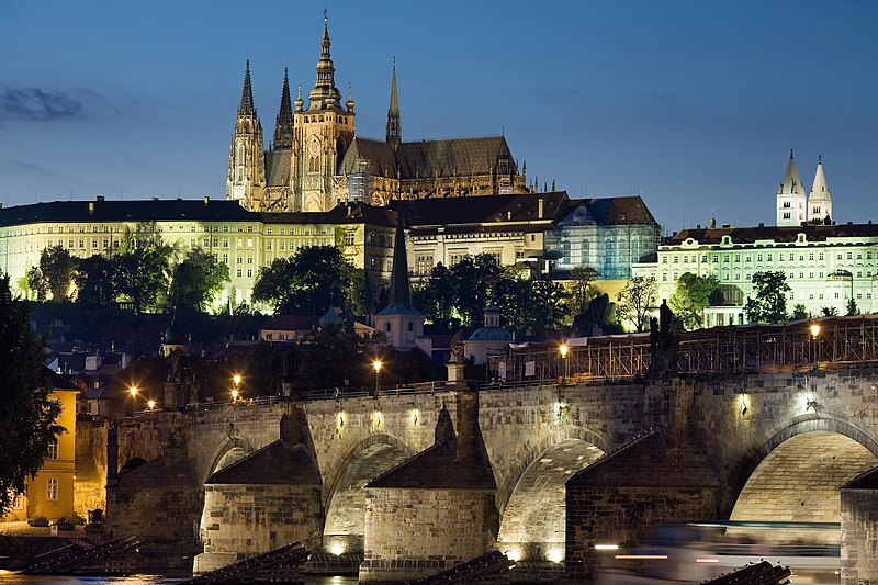 800px-Night_view_of_the_Castle_and_Charles_Bridge,_Prague_-_8034
