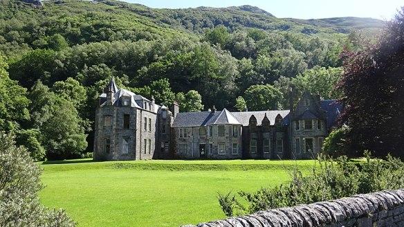 800px-Inverailort_House_frontage,_Lochailort,_Highland_Council,_Scotland