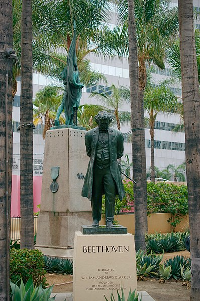 398px-Statue_of_Beethoven_in_Pershing_Square_in_Downtown_Los_Angeles_(DTLA)_18
