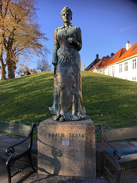 450px-Statue_of_Amalie_Skram_by_Maja_Refsum_at_Nordnes_in_Bergen,_Norway_2016-11-08