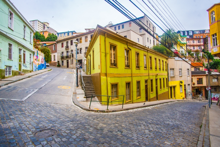 chile-valparaiso-yellow-neighbourhood-town-street-1584029-pxhere.com
