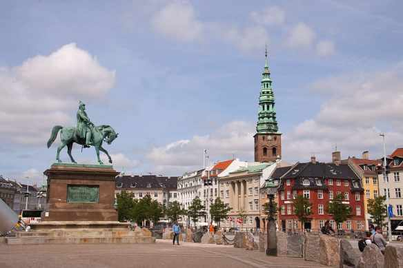 christiansborg-square-statue-king